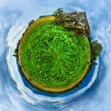 Les montagnes vertes mettent en place avec la vieille planète en bois de ruines de maison Photo libre de droits