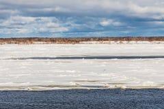 Les monticules et les banquises sur la rivière d'hiver photographie stock libre de droits