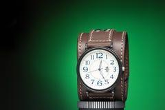 Les montres des hommes avec le bracelet en cuir large Photographie stock