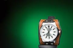Les montres des hommes avec le bracelet en cuir large Photographie stock libre de droits