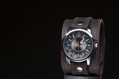 Les montres des hommes avec le bracelet en cuir large Image libre de droits