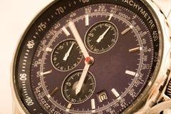 Les montres utilisées de main montrent comment le temps est rapide Photographie stock libre de droits
