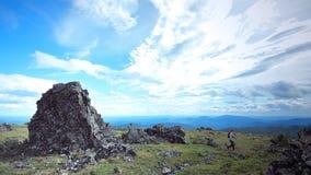 Les Monts Oural moyens Russie sept hommes Platon près de pierre de Konzhak photo libre de droits
