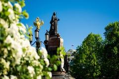 Les monuments en parc de ville image stock