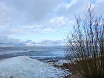 Les morceaux blancs de glace sur la broche de Curonian étayent, la Lithuanie images stock