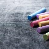 Les morceaux d'école marquent à la craie sur le vieux tableau noir images stock