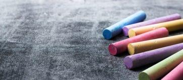 Les morceaux d'école marquent à la craie sur le vieux tableau noir photographie stock libre de droits