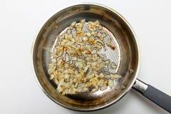 Les morceaux d'oignon sont faits frire Photo libre de droits