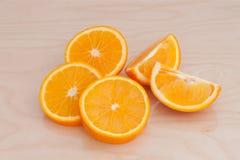 Les morceaux d'orange sur le conseil Image libre de droits