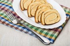 Les morceaux de bûche durcissent dans le plat et la fourchette Photo libre de droits