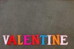 Les morceaux de coupe en bois dedans au texte anglais et s'chargent du Saint Valentin d'orthographe Photo libre de droits