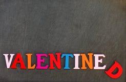 Les morceaux de coupe en bois dedans au texte anglais et s'chargent du Saint Valentin d'orthographe Photos stock