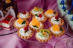 Les morceaux de fruits embellissent le lustre dans les paniers cuits au four Photos libres de droits