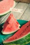 Les morceaux de pastèque décorés du mot suivent un régime écrit à peu Photo libre de droits