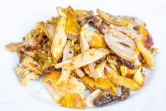 Les morceaux de poulet frit marinés ont fait frire avec l'huile végétale, Images stock