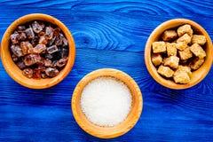 Les morceaux de sucre pour la nourriture douce faisant cuire sur le dessus de table bleu de cuisine luttent Image libre de droits