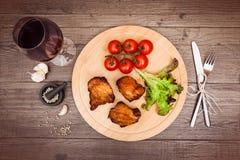 Les morceaux succulents de filet grillé de porc ont servi avec le tomat de cerise Images libres de droits