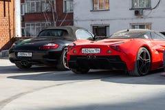 Les moteurs de Marussia modèlent B1 dans la couleur rouge et la vue de face noire de Porsche Boxster Photographie d'un supercar r photo libre de droits