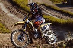 Les motocross font du vélo dans une course représentant le concept de la vitesse et de la puissance dans le sport extrême d'homme Image libre de droits