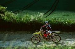 Les motocross font du vélo dans une course représentant le concept de la vitesse et de la puissance dans le sport extrême d'homme Photographie stock