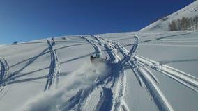 Les motoneiges charge en bas d'une montagne dans la neige de poudre clips vidéos