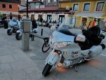 Les motos avec les lumières allumées se tiennent en conformité avec des pierres pavées dans la ville côtière de la Croatie, droit photo libre de droits