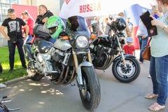 Les motos sont parmi des personnes photos libres de droits