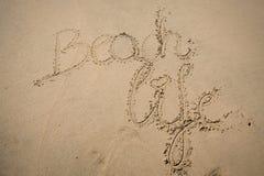 Les mots échouent la vie écrite dans le sable Images libres de droits
