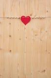 Les mots d'Allemand pour tout l'amour et un coeur sur une corde sur le bois Photographie stock libre de droits