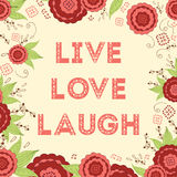 Les mots de Live Laugh Love Hand Lettered sur le beau pré rouge lumineux fleurit le fond Images libres de droits
