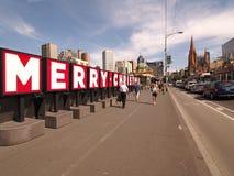 Les mots de Noël dans de grandes lettres sur des conseils s'approchent de la station de rue de Flinders Images libres de droits