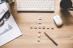 Les mots des concepts d'affaires se sont rassemblés en mots croisé avec les cubes en bois Images libres de droits