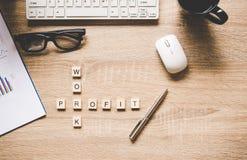 Les mots des concepts d'affaires se sont rassemblés en mots croisé avec les cubes en bois Photographie stock