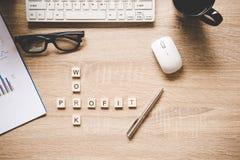 Les mots des concepts d'affaires se sont rassemblés en mots croisé avec les cubes en bois Photos stock