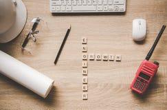 Les mots des concepts d'ingénieur se sont rassemblés en mots croisé avec les cubes en bois Photo libre de droits