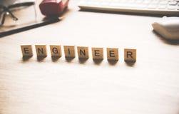 Les mots des concepts d'ingénieur se sont rassemblés en mots croisé avec les cubes en bois Photo stock