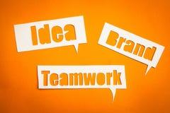 Les mots idée, travail d'équipe et marque dans des bulles de la parole Photographie stock