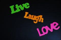 Les mots inspirés de la vie heureuse vivent, rient et aiment Images libres de droits