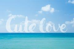 Les mots mignons de lettrage d'amour sur l'océan tropical parfait idyllique de turquoise arrosent le fond naturel de vacances d'é Photo libre de droits