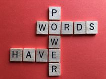 Les mots ont la puissance, dans les lettres en bois de l'alphabet 3d photo libre de droits