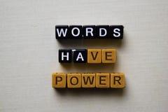 Les mots ont la puissance sur les blocs en bois Concept d'affaires et d'inspiration photos stock