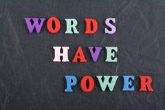 Les MOTS ONT le mot de PUISSANCE sur le fond noir de conseil compos? des lettres en bois d'ABC de bloc color? d'alphabet, copient image libre de droits