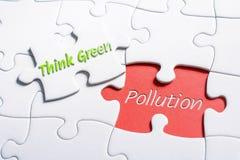 Les mots pensent le vert et la pollution dans le casse-tête absent de morceau images libres de droits