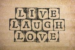 Les mots vivent, rient, amour font par les timbres noirs d'alphabet Images libres de droits