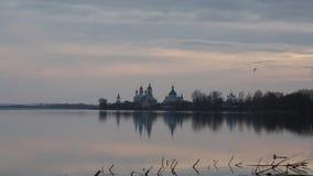 Les mouettes volent au-dessus du lac Nero contre le monastère de Spaso-Yakovlevsky en Rostov banque de vidéos