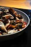 Les moules cuites à la vapeur sur le cidre et l'oignon rouge ont servi avec le fraiche de crème Photos stock