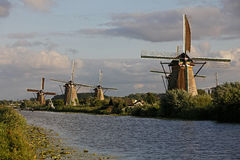 Les moulins à vent hollandais s'approchent de Kinderdijk, Hollandes Photos libres de droits