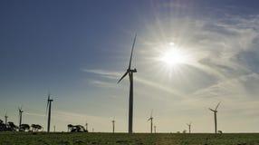 Les moulins à vent silhouettent la photographie dans le moment de coucher du soleil images stock