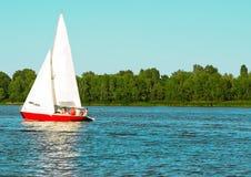 Les mouvements de voilier de yacht le long de l'équipage de l'eau ont soulevé la voile photo stock