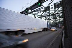 Les mouvements sur le pont ont brouillé semi le camion et la longue remorque Images stock